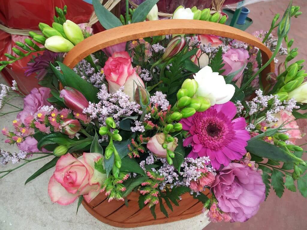 זר פרחים בסלסלה