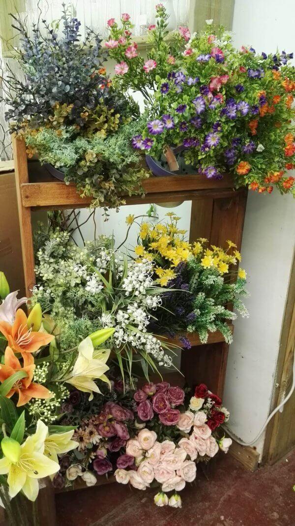 מבחר משתנה של פרחי משי צמחים מלאכותיים לזרים